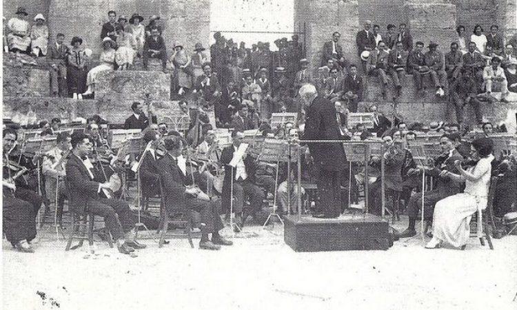 Ο μεγάλος συνθέτης Ρίχαρντ Στράους αποθεώνεται στο Παναθηναϊκό Στάδιο. Λίγα χρόνια αργότερα γίνεται μέλος των Ναζί, ενώ ο γιος του είχε παντρευτεί Εβραία