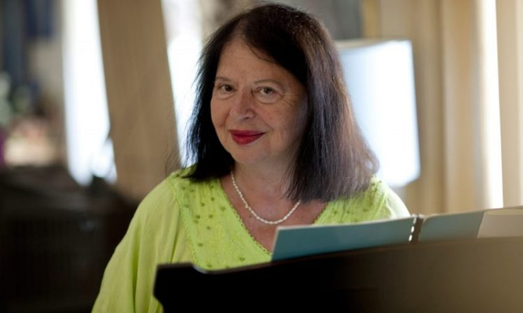 Η Ντόρα Μπακοπούλου αφηγείται τη ζωή της στη LiFO